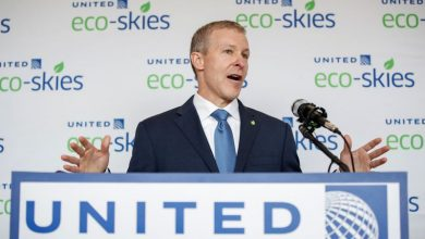 Photo of United Airlines CEO Kirby's annual base salary lower than predecessor
